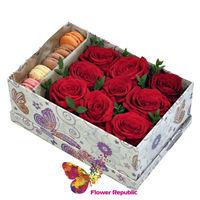 cumpără Trandafiri roșii într-o cutie pătrată cu Macarons în Chișinău