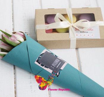 купить Набор из макаронс + кулек со свежими цветами в Кишинёве