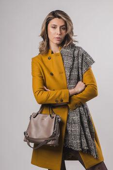 Пальто женское горчичное