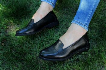 Женские черные туфли на плоской подошве