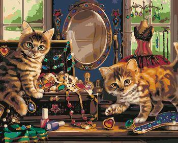 Кошки играют дома