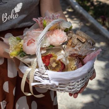 Подарочная корзинка с цветами