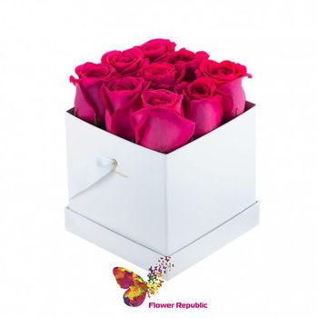купить Малиновые розы в квадратной коробке в Кишинёве