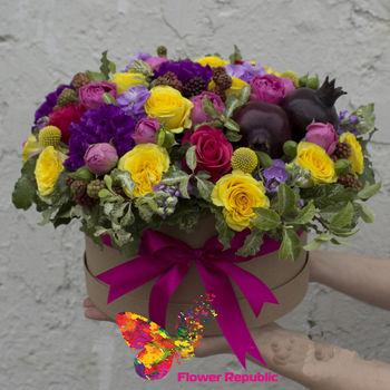 купить Коробка, наполненная цветами в желто-розово-фиолетовой гамме в Кишинёве