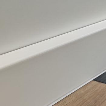 Plinta DOLLKEN Cubu flex life 80mm XL, 2,5 м/1 пл (25 м/1 уп) (HDF ламинир. пластиком) цвет: белый