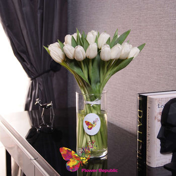 купить Букет из 25 белых тюльпанов в вазе в Кишинёве