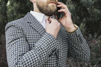 Черно-белый мужской пиджак в мелкую клетку