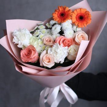 Букет из гербьер, роз и диантусов