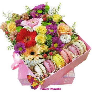 """купить Композиция в квадратной коробке из сезонных цветов """"Сладкие пожелания"""" в Кишинёве"""