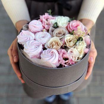 Круглая коробка с цветами и зефирками