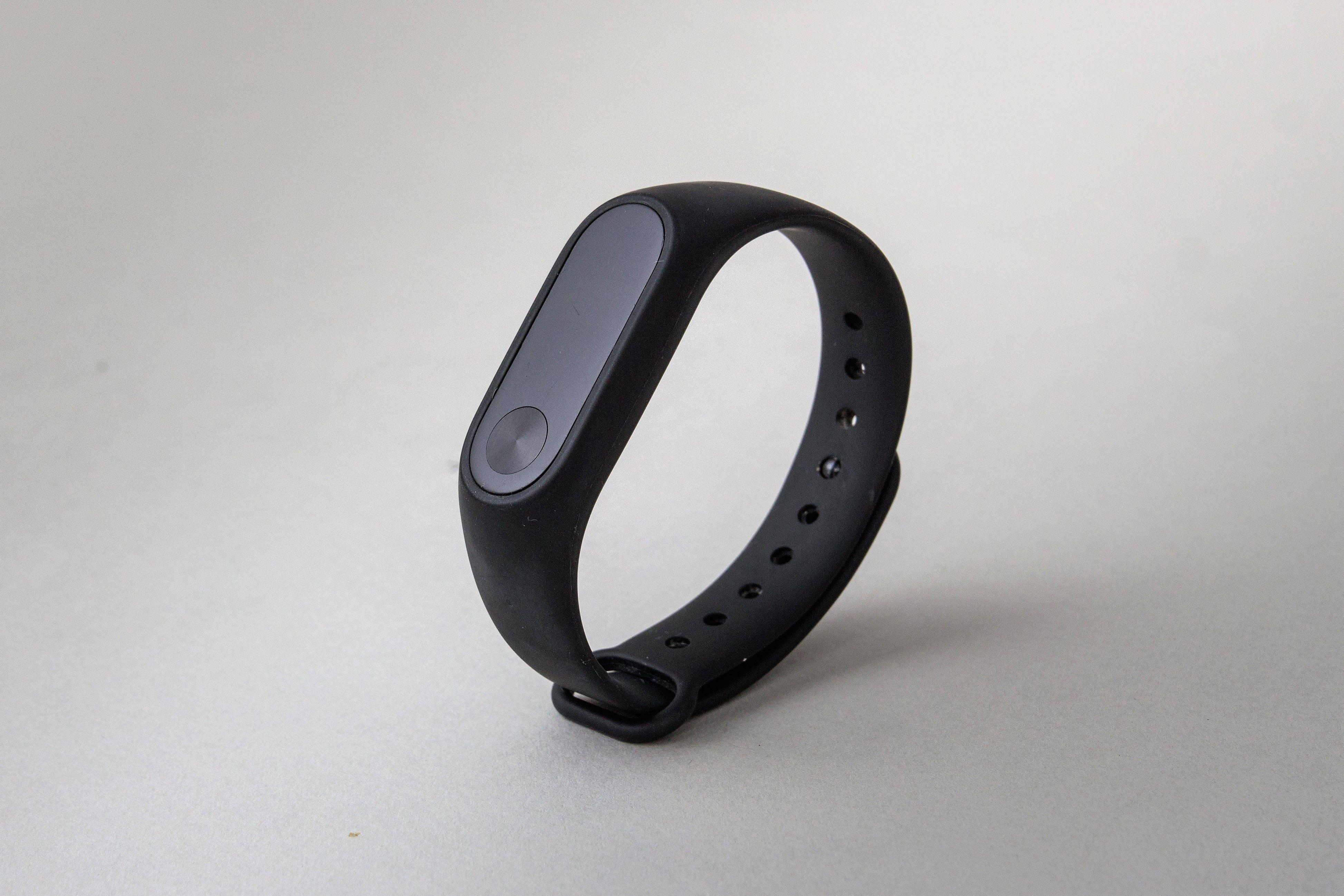Фитнес-браслет xiaomi mi band 2 работает со следующими приложениями: notify & fitness for mi band – предлагает расширенное управление уведомлениями, умный будильник с поддержкой анализа чсс для более приятного пробуждения, автоматизированный мониторинг пульса; sleep as android – умный будильник с фирменными технологиями мониторинга сна на зарядку фитнес-браслета «с нуля» требуется около полутора часов (если источником тока является usb-порт компьютера).