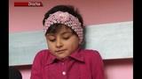 O fetita de cinci anișori spune:Vreau la tata, vreau la mama.