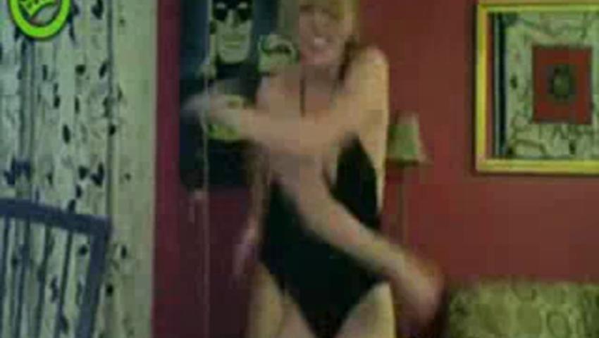 танцует перед камерой дома что