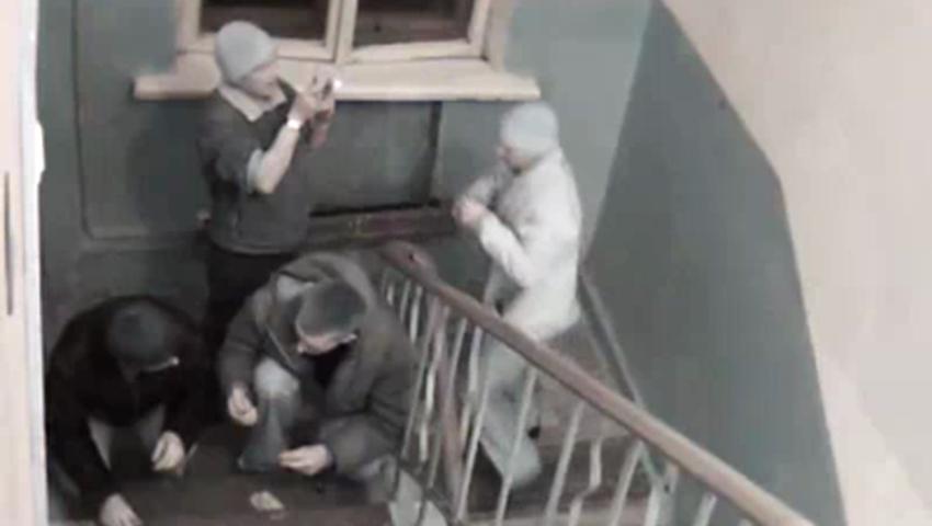 Выделения видео видео парня раздели в подъезде сцены