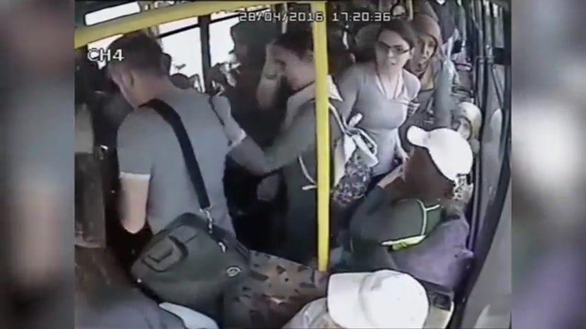 В транспорте лапать девушек видео