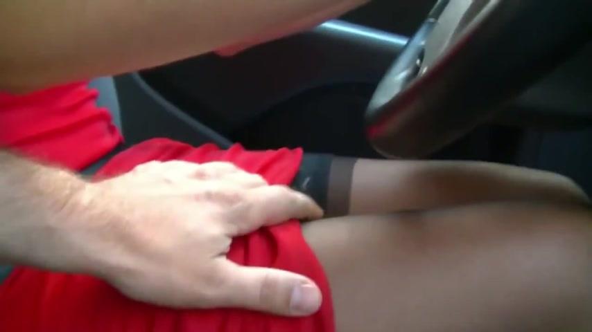 смотреть парень начал приставать к девушке в машине занимаются сексом