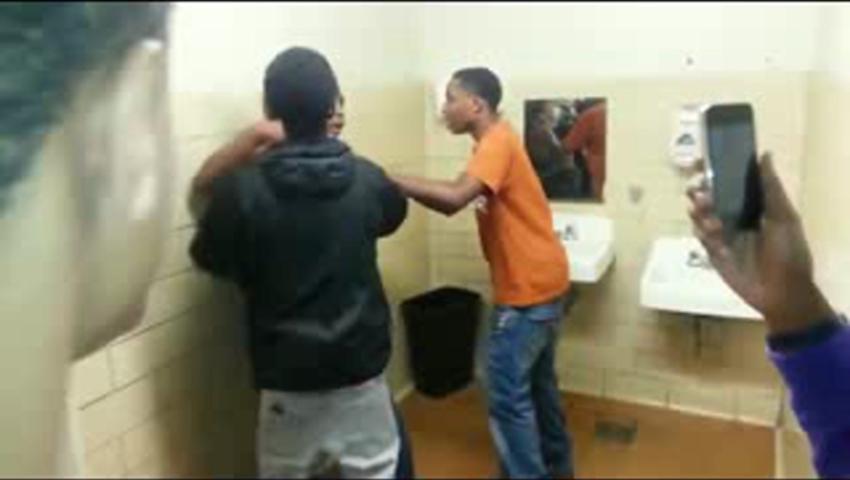 Парень возбудил девушку в туалете