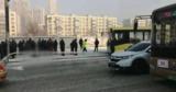 Столб, сбитый автобусом, убил мужчину на остановке