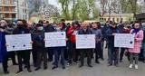 """Протестующие снова собрались у КС, они скандируют: """"Досрочные выборы!"""""""