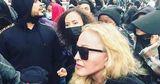 Мадонна пришла на митинг в защиту чернокожих на костылях