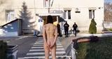 Девушка разделась у здания пограничной полиции в знак протеста