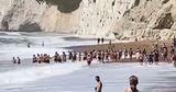 На британском пляже отдыхающие взялись за руки и спасли человека