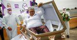 Кандидат в депутаты в Мексике начал предвыборную кампанию в гробу