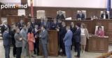 Депутаты заблокировали трибуну парламента, требуя отставки Чокоя