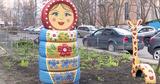 Жильцы столичного дома украсили свой двор фигурками сказочных героев