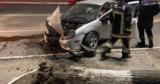 В Хынчештах Dodge врезался в дерево и повалил его