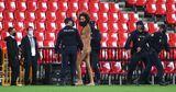 Голый мужчина выбежал на поле во время матча Лиги Европы Гранада — МЮ