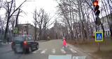"""В Кишиневе водитель проехал на """"красный"""" и на зебре едва не сбил ребенка"""