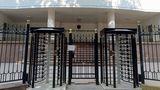 Вход в здание парламента Молдовы укреплен массивной решеткой