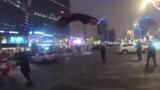 Новогодний десант: Деды Морозы спрыгнули с высотки в центре Москвы