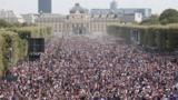 Франция ликует. На улицах Парижа победу в ЧМ празднуют тысячи человек