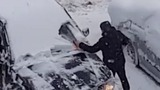Расчищающий пилой машину автовладелец насмешил жителей столицы