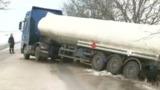 Автоцистерну с топливом занесло в кювет вблизи села Рэдоая