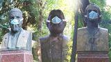 Неприятный запах в столице: на лица памятников писателям надели маски