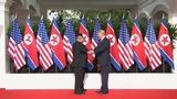 Дональд Трамп и Ким Чен Ын обменялись рукопожатиями