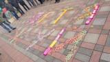 """Протестующие у Рады выкладывают из конфет послания Порошенко: """"Петя, жуй"""""""