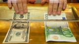 Leul moldovenesc, neputincios în raport cu euro și dolarul