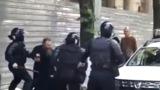 Драка священника с полицейскими на марше ЛГБТ попала на видео