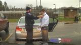 Офицер полиции помог нарушителю завязать галстук