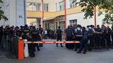 Десятки полицейских были засняты у офиса ДПМ