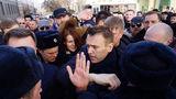 На акции протеста в Москве задержали более 900 человек