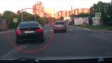 Șofer tupeist,surprins în timp ce trece cu mașina de linia dublă