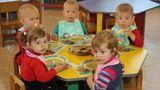 В детсадах детей продолжают кормить запрещенными продуктами