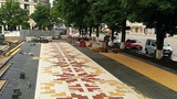 В центре Тирасполя выкладывают тротуар плиткой с узорами