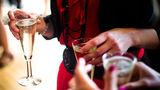 Ученые рассказали, чем полезны два бокала шампанского в неделю