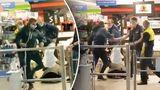 Bărbat, filmat cum e bătut cu picioarele într-un market din Chișinău